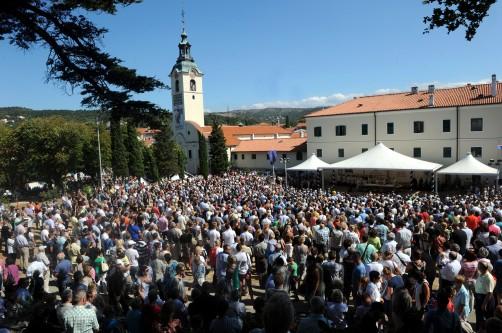 u-trsatskom-svetistu-40-tisuca-ljudi-slavilo-marijino-uznesenje